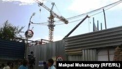 Айдар Меңлібеков наразылық танытып шығып алған құрылыс краны. Алматы, 15 шілде 2013 жыл.