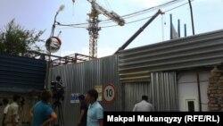 Строительный кран, на котором бастовал рабочий-строитель Айдар Менлибеков. Алматы, 15 июля 2013 года