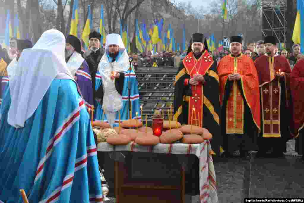 Religious figures take part in commemorations in Kyiv to mark the anniversary of Ukraine's 'Holodomor,' a man-made famine that killed at least 3 million people in 1932-33. (RFE/RL)