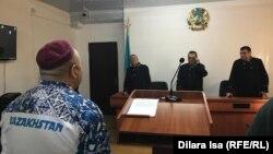 Журналист Амангельды Батырбеков (слева), который был приговорен к двум годам и трем месяцам тюрьмы по обвинению в «клевете» и «оскорблении», в суде во время оглашения решения апелляционной коллегии. Туркестан, 9 января 2020 года.