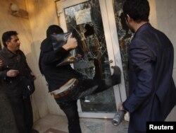 شکستن در و شیشههای سفارت بریتانیا توسط عدهای از تجمع کنندگان