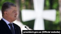 Пётр Порошенко выступает на церемонии в заповеднике «Быковнянские могилы», 19 мая 2019 года