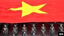 Қытай туы астында тұрған қытай әскерилері. (Көрнекі сурет)