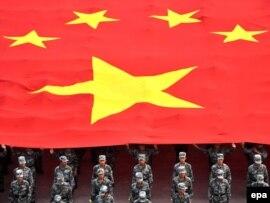Қытай сарбаздары мемлекеттік ту ұстап, сап түзеп тұр. Бейжің, 27 қыркүйек 2009 жыл.