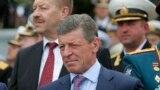 Dmitri Kozak (centru), în așteptarea lui Vladimir Putin la Sevastopol, Crimeea, 9 mai 2014