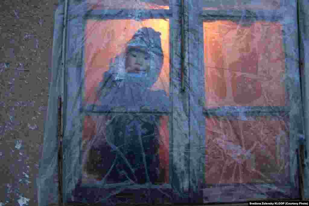 Зимой Гулбубу-эже обтягивает окна полиэтиленовой пленкой, чтобы сохранить тепло внутри дома