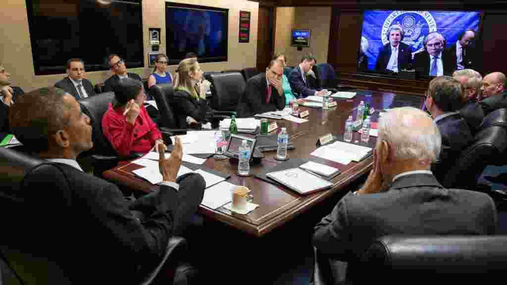 باراک اوباما، رئیس جمهور آمریکا،در حال دریافت اطلاعات در مورد مذاکرات هسته ای در لوزان از جان کری، وزیر خارجه آمریکا