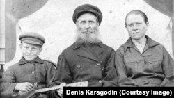 Степан Карагодин (в центре), которого в 1938 году расстреляли после обвинения в шпионаже в пользу Японии. На фото он с супругой и сыном. Снимок предоставлен Денисом Карагодиным, правнуком репрессированного.