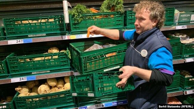 Працівник гіпермаркету щодня відбирає з полиць неліквідний товар