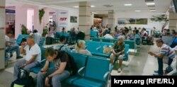 Зал ожидания в аэропорту в Симферополе, архивное фото
