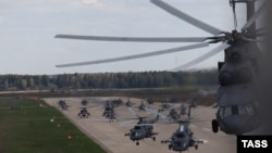 Russia -- Mi-8 helicopters take off at a military airfield in Kubinka ahead of a rehearsal of the May 9 Victory Day military parade, Moscow rgion, May 5, 2015