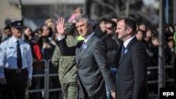 Прем'єр-міністр Косова Хашим Тачі (с) під час святкувань у Приштині, 17 лютого 2014 року