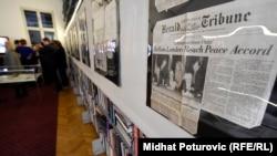 Sa izložbu povodom 20. godišnjice od potpisivanja Dejtonskog mirovnog sporazuma, 9. novembar 2015, foto: Midhat Poturović