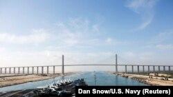 """Самолетоносачът """"Ейбрахъм Линкълн"""" преминава през Суецкия канал на 9 май."""