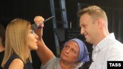 Ксения Собчак с Алексеем Навальным и гримером на телеканале «Дождь», 24 июня 2015 года.