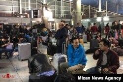 مسافران منتظر در فرودگاه امام خمینی تهران