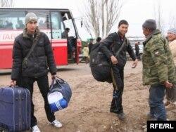 Вернувшиеся с каникул дети жителей села Кызылагаш выходят из автобуса. Село Кызылагаш, 12 апреля 2010 года.