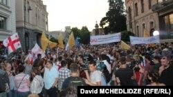 """Батышчыл партия жекшембиде шаар көчөлөрүндө """"Орус фашизмине жок!"""" деген аталыштагы жүрүш өткөргөн."""