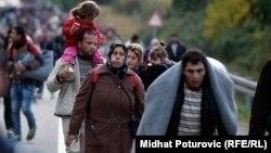 Беженцы и мигранты с детьми направляются к венгерской границе. Хорватский город Ботово, 16 октября 2015 года.