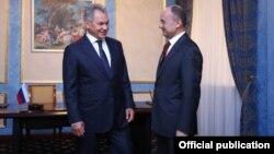 Министры обороны Армении и России - Сейран Оганян (справа) и Сергей Шойгу, Ереван, 16 августа 2016 г.