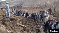 Бадахшандын Арго районунда жер көчкөн айылдын тургундары аймакты изилдеп жатышат, 2-май, 2014