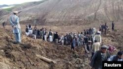 Көшкін жүрген жерде тұрған адамдар. Арго, Бадахшан, Ауғанстан, 2 мамыр 2014 жыл.