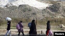 Refugjatët sirianë duke u larguar nga vendbanimet e tyre për shkak të luftës ndërmjet forcave qeveritare dhe kryengritësve