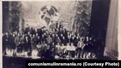 Pe vremuri se numeau brigăzi artistice de agitație. În 1989 se numeau doar brigăzi artistice. Spectacol UTC la Piatra Neamţ din 1946 (Muzeul P.C.R., nr. inv. 20333)