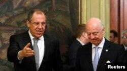 استفان دی میستورا (راست) نماینده ویژه سازمان ملل در امور سوریه و سرگئی لاوروف وزیر خارجه روسیه
