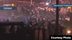 Демонстранттар мен милиция жасағы арасындағы қақтығыс. Киев, 21 қаңтар 2014 жыл.