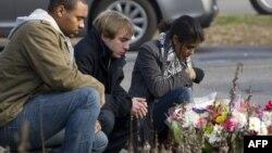В Ньютауне поминают жертв нападения на начальную школу.