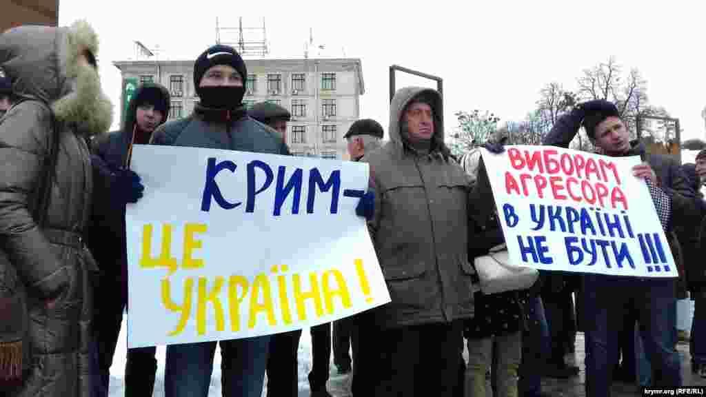 В центре Киева прошли акции против российских выборов в Крыму. У монумента Независимости активисты вышли с плакатами: «Крым – это Украина», «Выборам агрессора в Украине не быть», «Нет аннексированным выборам!»