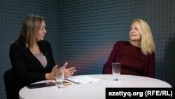 Маржан Ельшибаева, ведущая программы АзаттыкLIVE, и Ольга Диденко, юрист неправительственной организации «Интерньюс-Казахстан». Алматы, 25 ноября 2015 года.