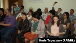 Есенбек Өктешбаевтың жиынына келген адамдар. Алматы, 20 мамыр 2014 жыл.