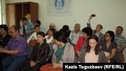 Активисты НПО «Оставим народу жилье» и другие лица на пресс-конференции руководителя НПО Есенбека Уктешбаева. Алматы, 20 мая 2014 года.