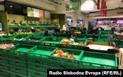 Порожні полиці в магазині продуктів харчування в італійському місті Болонья через спалах коронавірусу, 25 лютого 2020 року