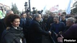 Исполняющий обязанности премьер-министра Армении Никол Пашинян возглавляет избирательную кампанию блока «Мой шаг»
