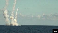 "Fregata rusească "" Admiral Grigorovici"", lansând rachete ""Kalibr"" asupra unor ținte din Siria"