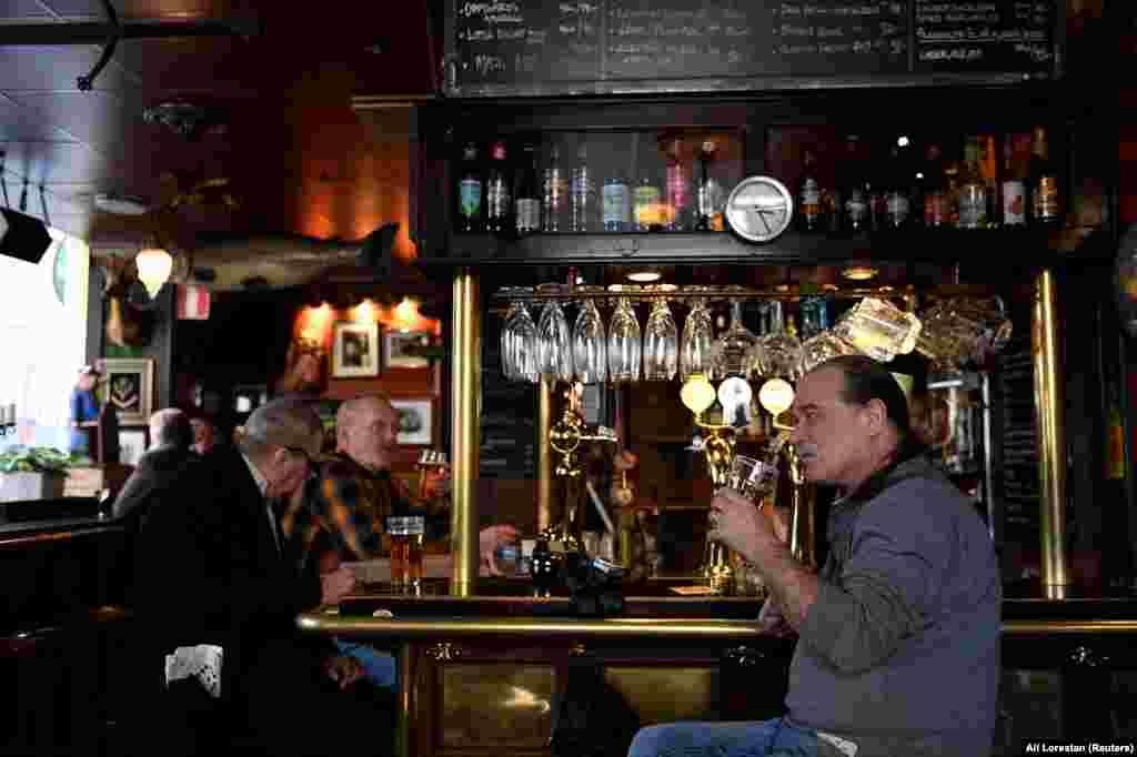 Lokalci piju pivo u jednom pabu u centru Stokholma, 23. mart.