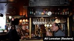 Місцеві жителі потягують пиво в пабі «Half Way Inn», розташованому в центрі Стокгольма, Швеція, 23 березня 2020 року