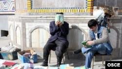 Тажикстан. Дүйшөмбүдөгү борбордук мечиттин алдындагы диний адабияттардын базары.