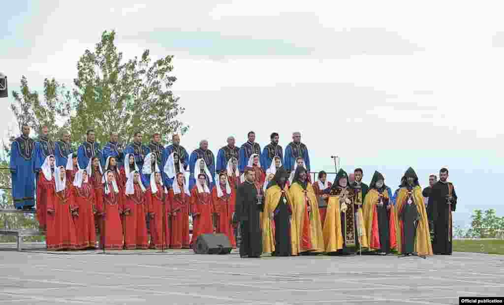 Католикос всех армян Гарегин Второй (в центре) служит поминальную службу в мемориале жертвам Геноцида армян Цицернакаберд, Ереван, 24 апреля 2015 г.