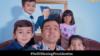 Артист Джахангир Позилжонов с детьми на фоне портрета президента Узбекистана. Кадр из видеоклипа.