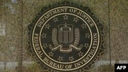 نشان افبیآی بر ورودی ساختمان مرکزی پلیس فدرال در واشینگتن