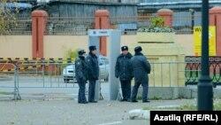 Казанда полиция хезмәткәрләре (архив фотосы)