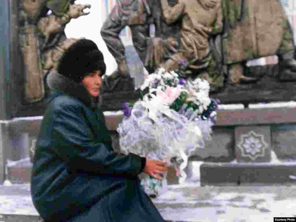 Алтынай Асанова каждый год ходит на Площадь Республики в день памяти жертв Декабрьских событий 1986 года. Алматы, 17 декабря 2007 года.