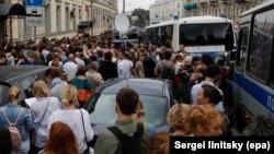 Люди у здания Басманного суда Москвы, где решают вопрос о мере пресечения режиссеру Кириллу Серебренникову. 23 августа 2017 года.