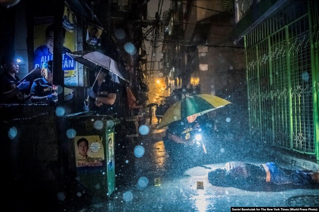 Shi i rrëmbyeshëm bie, teksa policët hetojnë vrasjen e 37-vjeçarit, Romeo Joel Torres Fontanilla në Manila të Filipineve.