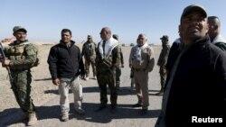هادی عامری، نفر چهارم از راست با لباس خاکیرنگ و چفیه در میان شبهنظامیان شیعه
