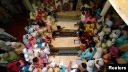 Հարազատները սգում են իրենց զավակների մահը, Գուջրաթ, Պակիստան, 25-ը մայիսի, 2013